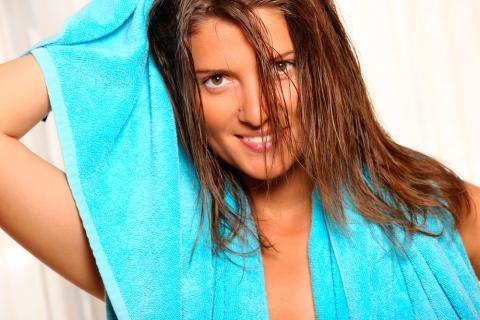 Una mujer se seca el pelo tras la ducha