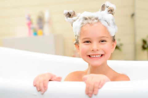 Resultado de imagen para niño lavandose la cabeza