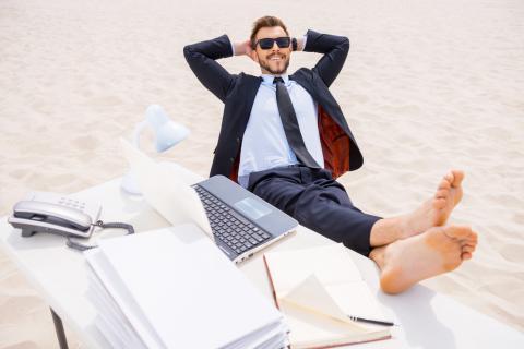 Ejecutivo desconectando del trabajo en vacaciones