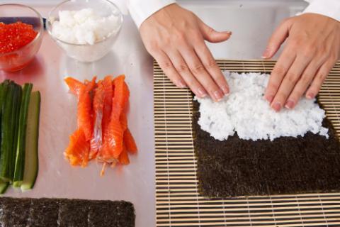 C mo cocinar sushi en tu casa dieta y nutrici n - Cocinar sushi facil ...