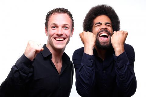 Dos hombres expresan alegría con sus gestos