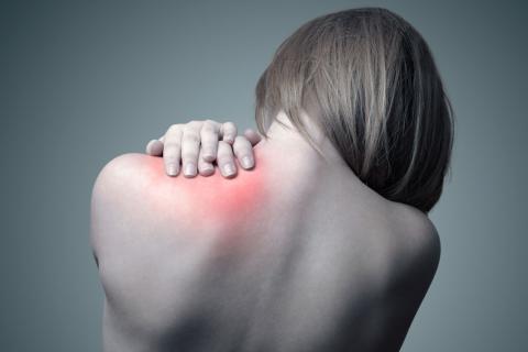 Mujer con una contractura en el hombro