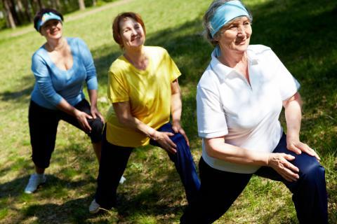 Tres mujeres realizan ejercicio al aire libre