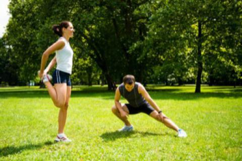 Pareja de deportistas entrenando
