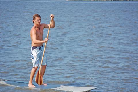 Hombre haciendo paddle surf