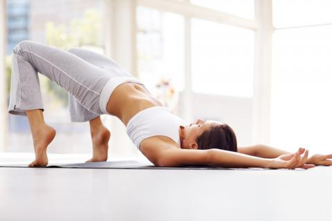 Una mujer realiza una tabla de ejercicio en casa