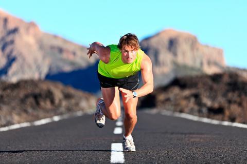 Un hombre se entrena corriendo