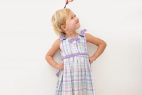 Un padre comprueba la estatura de su hija