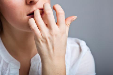 Thói quen cắn móng tay: các chuyên gia tâm lý học nói gì?