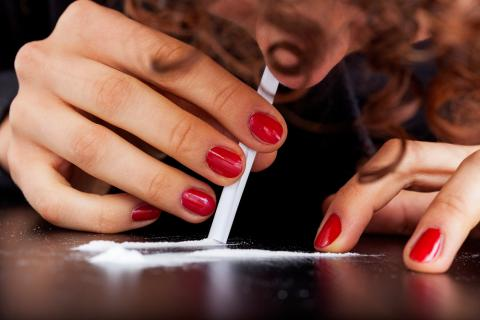 Mujer esnifando cocaína