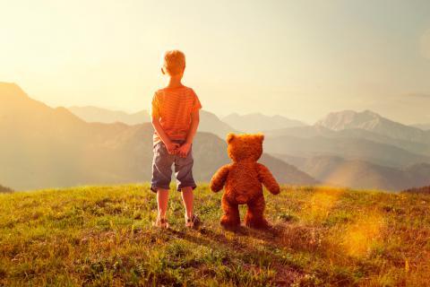 Niño con su amigo imaginario