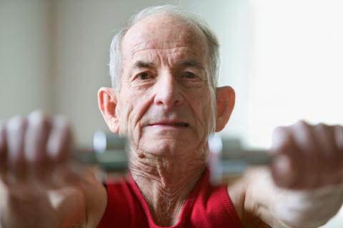 Anciano haciendo ejercicio con pesas