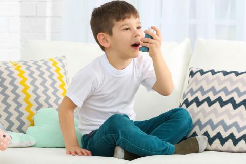 Mujer tratándose el asma con un inhalador