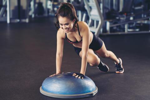 Chica entrenando con un bosu f08dcd530687