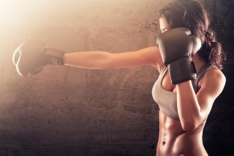 Mujer practicando boxeo fitness
