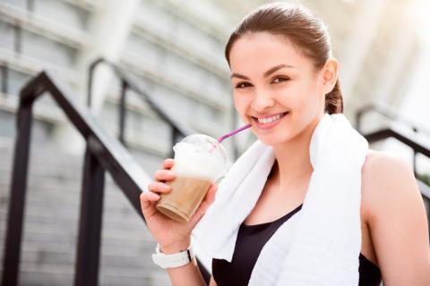 Mujer bebiendo café antes de hacer deporte
