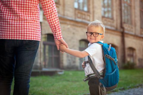 Madre e hijo andando hacia el colegio