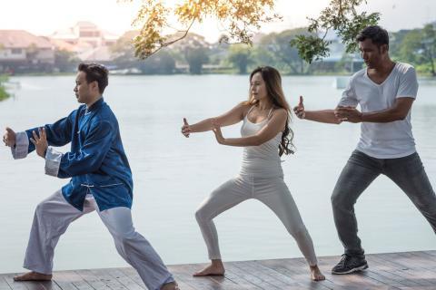 Mujer practicando chi kung