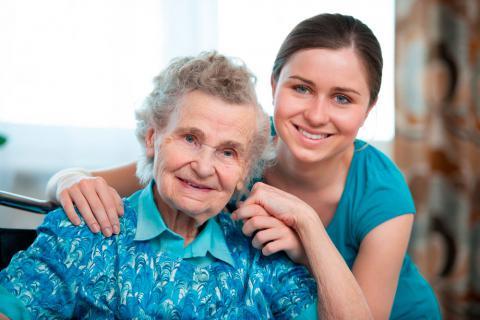 Una mujer mayor junto a una joven con la que comparte su vivienda