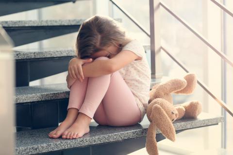 Niña con depresión infantil