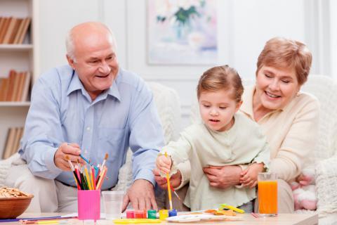 Abuelos pintando con su nieta