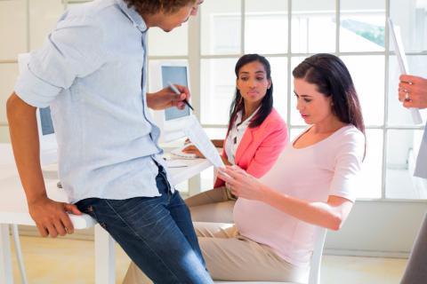 Mujer embarazada en su puesto de trabajo