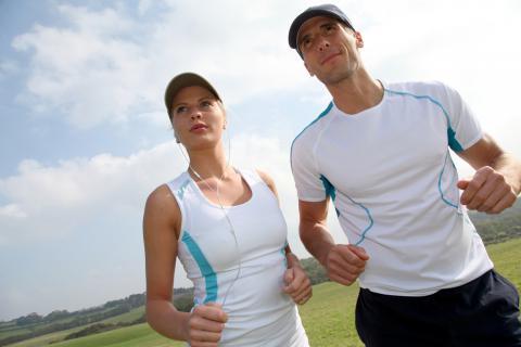Pareja de adultos haciendo ejercicio