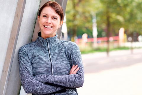 Una mujer madura hace ejercicio en el gimnasio
