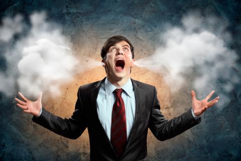 Hombre afectado por estrés laboral