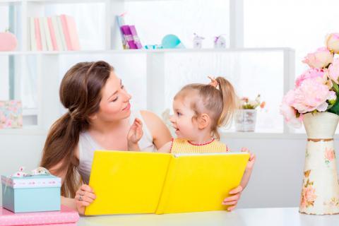Madre educando a su hija
