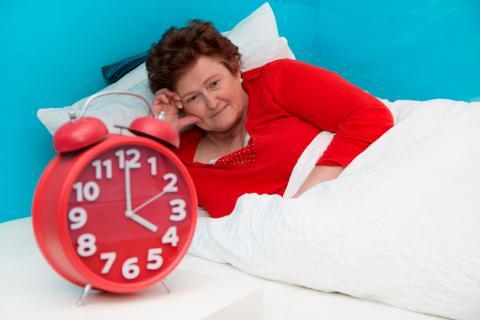 Una mujer mayor despierta se despierta de madrugada