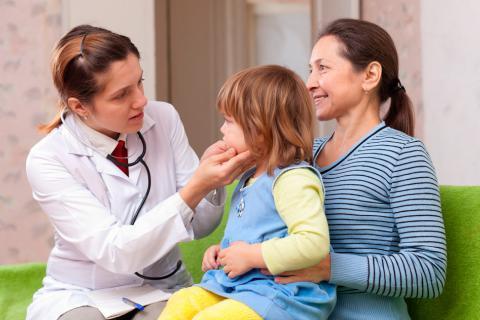 Una madre con su hija en la consulta del médico