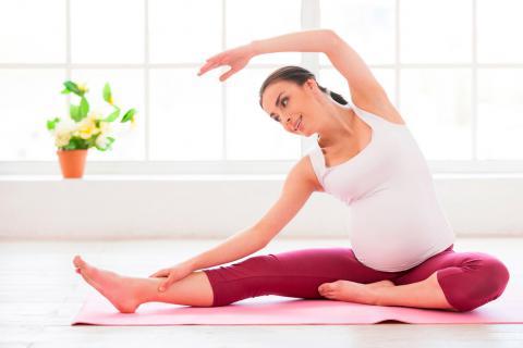 Mujer embarazada practicando yoga y pilates