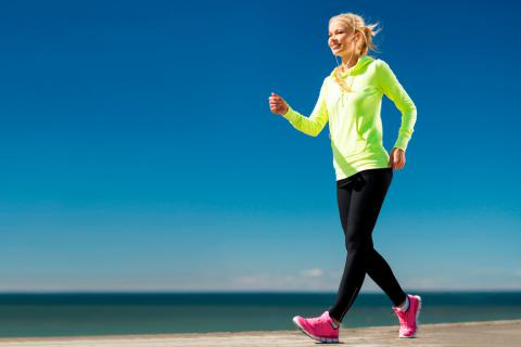 Mujer practicando Power walking, la caminata inteligente
