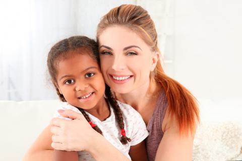 Madre con su niña adoptada