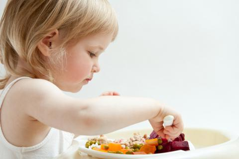 Niño seleccionando los alimentos que se va a comer
