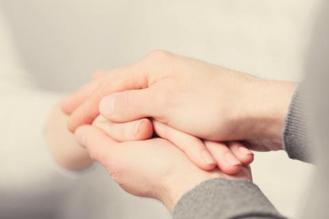Persona con síndrome del salvador da la mano a otra