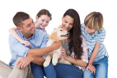 Una familia da la bienvenida a su nuevo cachorro