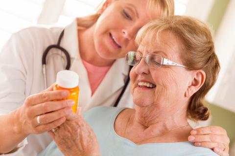 Una doctora aconseja a una mujer mayor qué suplementos nutricionales debe tomar