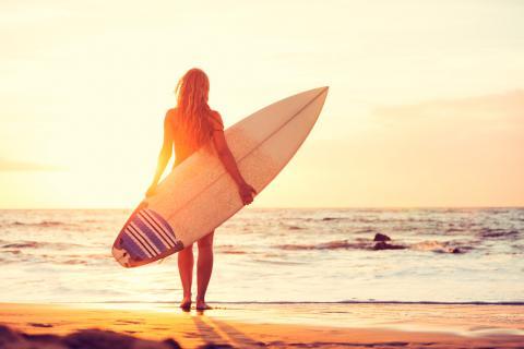 Hombre haciendo surf