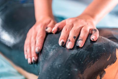 Mujer recibe una sesión de talasoterapia