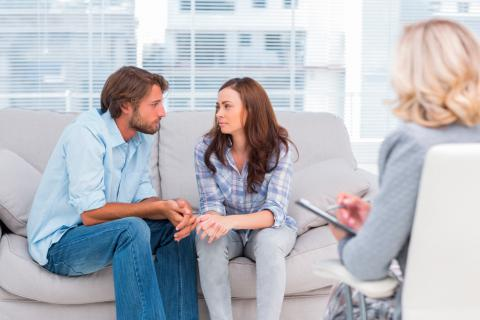 Pareja en la consulta de una terapeuta