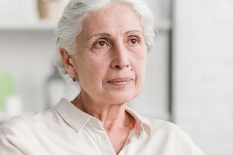 Mujer mayor con una verruga en la cara