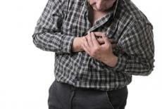 Hombre con dolor en el el pecho por angina de pecho