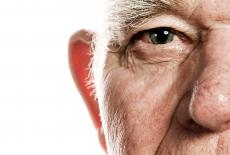 Anciano con degeneración macular