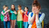 Alumnos haciendo bullying a una compañera