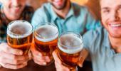 Hombres sostienen jarras de cerveza