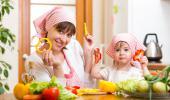 Una madre y su hija muestran alimentos típicos de la dieta mediterránea