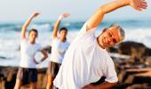 Varias personas hacen ejercicio junto al mar