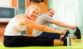 Pareja hace ejercicio en casa